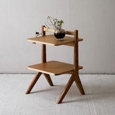 リビングで、ちょっと持ち運びができて、ダイニングからソファまで、どこでも使えるサイドテーブル。  最近は大きめのリビングテーブルは、部屋を狭くするから ほとんど売れてなくて、  こんな感じの、どこでも使えるサイドテーブルが、おすすめです。 Table, Furniture, Home Decor, Norte, Decoration Home, Room Decor, Tables, Home Furnishings, Home Interior Design