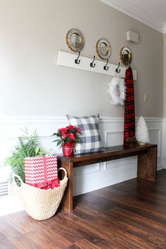 Welcoming And Cozy Christmas Entryway Decor Ideas – Decorating Foyer Decor, Cozy Christmas, Christmas Foyer, Modern Bench Diy, Entryway Decor, White Christmas Trees, Holiday Design, Cosy Christmas, White Christmas Decor