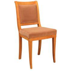 Sedia Vienna Morelato Sedia in legno di ciliegio con seduta e schienale sagomato imbottiti. Tessuto occorrente: cm 90x140. Finitura: F100. Design Centro Ricerche MAAM Misure: L 44 P 53 H 90 Misure Seduta: L 44 P 41 H 50 Peso: 7 kg - m3: 0,17