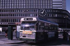 John à Belleville et Ménilmontant, Facebook. Le BUS 96 1974, devant la nouvelle gare Montparnasse Photo et © Jean-Henri Manara