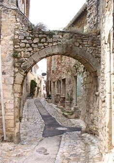 Vaison-la-Romaine,  Provence-Alpes Còte D'Azur - France  http://travideos.es/france/paris/top-videos/viajes_a_francia_costa_azul/6XrXz2n2-Vs