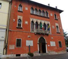 Hôtel de Ville, style gothique 1838, Piazza del Duomo, Belluno, province de Belluno, Vénétie, Italie.