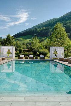 Großer Outdoorpool | Luxury Hideaway & Spa Retreat Alpenpalace, Wellnesshotel Südtirol Retreat, Door Ideas, Spa, Europe, Holidays, Luxury, Outdoor Decor, Home Organization, Houses