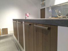 Ceramistone Concretto-blad in keuken met spoeleiland. Werkruimte in overvloed.