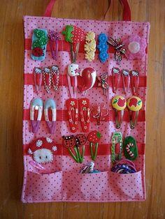 Kijk hoe schattig en makkelijk alle knipjes, elastiekjes en haarbandjes van je dochter bij elkaar hangen - Zelfmaak ideetjes