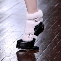 """Y cómo le haces para caminar con estos """"zapatos"""" Alexander McQueen fall 2012 no-heel shoe"""