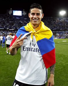 James Rodríguez celebra el campeonato de La Liga al finalizar el partido contra el Malaga. Sonrié, aun cuando, incierto pareciera ser su panorama futbolístico. [Imagen en la lente de Ángel Martínez, a favor del Real Madrid]