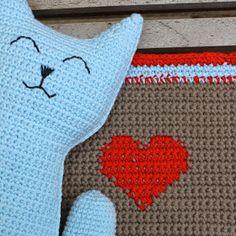 Cute cat crochet by draadenpapier. Link to free pattern at Ravelry Crochet Flats, Knit Crochet, Crochet Animals, Crochet For Kids, Cats And Kittens, Free Pattern, Crochet Patterns, Kids Rugs, Diy Crafts