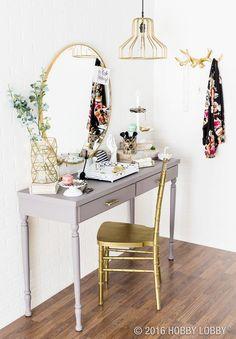 Coiffeuse avec console grise et chaise Tiffany doré, grand miroir rond et suspension dorée.
