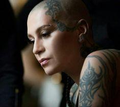 Bald Hairstyles For Women, Bald Girl, Bald Women, Divas, Skate, Faces, Portraits, Tattoos, Hair Styles