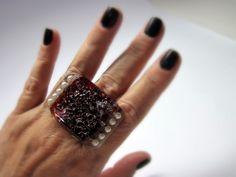 MAXI anel de vidro - Linha Passion  OVERSIZED  incolor / vermelho  min pérolas  base metal n 20 - ajustável   4 x 3 cm - grande  Peça Exclusiva R$35,00