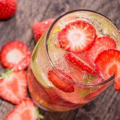 Aquí te compartimos tres recetas facilísimas-Atıştırmalık tarifler – Las recetas más prácticas y fáciles Vodka Strawberry Lemonade, Strawberry Cocktails, Most Delicious Recipe, Delicious Desserts, Gin Tonic Recetas, Refreshing Summer Drinks, Recipe Search, Gin And Tonic, Cocktail Drinks