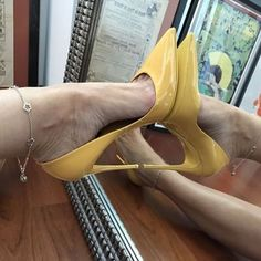 Yellow pumps, arches, anklet, and toe cleavage