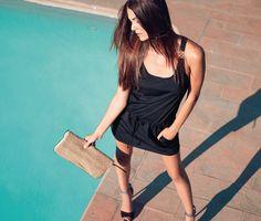 Zum Mittagessen in die Strandbar? Einfach dieses gerade, schwarze Strandkleid aus Bikini-Material überwerfen und schon sind Sie perfekt angezogen. Auf Hüfthöhe hat es einen Tunnelzug mit einer Kordel zum Zubinden.