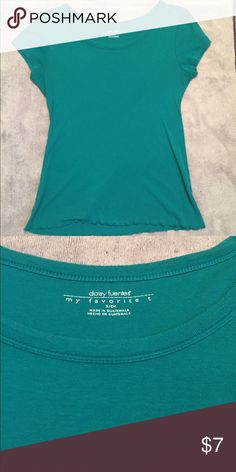 Fitted Tee EUC. Daisy Fuentes fitted tee.  Slight ruffle at bottom edge.  Great teal/emerald color. Daisy Fuentes Tops Tees - Short Sleeve