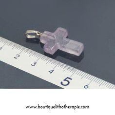 Belles petites croix en pierre améthyste naturelle polie  avec de belles couleurs violet très clair 25mm en vente chez BoutiqueLithotherapie.com