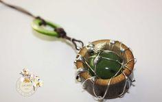 Eine Kombination aus Stein, Draht und Holz macht diese Kette einzigartig und originell. Das frische grün weckt schon die ersten Gedanken an Frühling u