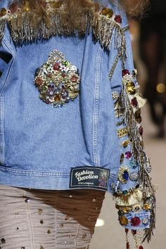 The complete Dolce & Gabbana Fall 2018 Ready-to-Wear fashion show now on Vogue Runway. Fashion Week, New Fashion, Trendy Fashion, Fashion Art, Fashion Show, Couture Fashion, Traje Casual, Elisa Cavaletti, Mode Jeans