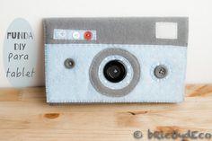 Esta funda DIY para tablet con diseño de cámara estilo retro es tan sencilla que ni siquiera necesitas patrón para hacerla.