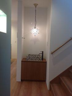 手洗いカウンターつけませんか?。札幌の新築住宅ブランド「インゾーネの家」スタッフが綴るブログです。建築中の現場レポートや、店舗からのお知らせなど耳寄りな情報満載です。 Washbasin Design, Washroom, Powder Room, My House, Chandelier, Ceiling Lights, Furniture, Entrance, Home Decor