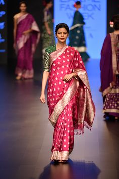 18 Ideas for fashion week photography hair Trendy Sarees, Stylish Sarees, Indian Silk Sarees, Indian Beauty Saree, Ethnic Sarees, Indian Dresses, Indian Outfits, Indian Clothes, Ethnic Fashion