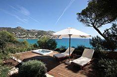 Das 5-Sterne Land-Hotel Can Simoneta direkt am Strand bei Capdepera mit atemberaubendem Panoramablick auf das Mittelmeer ist eines der besten Luxushotels auf Mallorca nur für Erwachsene. Hier oben, direkt über dem Meer befindet sich das charmante Adults only Fincahotel Can Simoneta mit seinen drei Gebäuden und einer weitläufigen, sehr gepflegten Gartenanlage, die allen Gästen genügend Platz für einen Rückzug aus dem Alltag bietet.