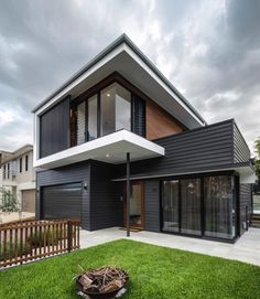 Gorgeous 10 Black House Exterior Ideas To Make Your House Looks More Awesome Modern House Exterior Awesome black exterior Gorgeous house ideas House Cladding, Exterior Cladding, Facade House, House Facades, Black House Exterior, Exterior House Colors, Modern Exterior, House Ideas Exterior, Simple House Exterior Design