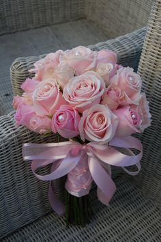 Bruidsboeket, hand gebonden. Roze rozen afgewerkt met lint. www.meesterlijkgroen.nl