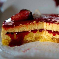 Käsekuchen mit Erdbeersauce