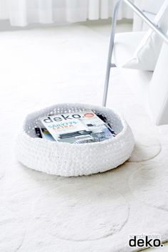 DIY: Crochet a large and low storage basket from strips ripped from worn out sheets