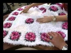 Floral Rug free crochet video tutorial - sorry, it is in Spanich so I just turned the volume down, but this lady is so fast - wish my hands and fingers went that fast