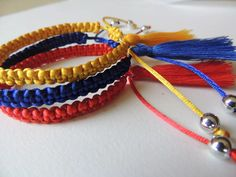 pulsera tricolor bandera venezuela pompón macrame 3d Printed Objects, Macrame Earrings, Memes Of The Day, Happy Planner, Paracord, Jewerly, Diy And Crafts, Jewelry Making, Make It Yourself