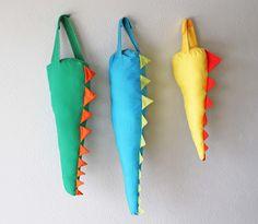 Que tal fazer essas caudas de dinossauro para as crianças?  Elas vão amar!!!!  Minha cunhada mandou fazer como uma das lembranças do anivers...