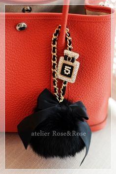 Bead Embroidery Jewelry, Beaded Embroidery, Chanel Jewelry, Jewelry Art, Diy Bag Charm, Fashion Accessories, Fashion Bags, Kawaii Jewelry, Crochet Tote