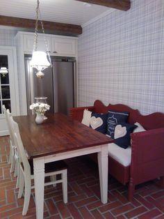 Keittiön vanha puusohva Old wooden couch