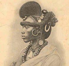 """Le mot """"Sarakoulé"""" que l'on colle assez aisément au peuple Soninké ou Maraca veut dire : L'homme blanc. Quand les Français s'installèrent dans l'Empire Islamique des Sables (Mauritanie) vers le milieu du 19eme siècle, les"""
