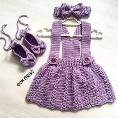 No photo description available. Baby Girl Crochet, Crochet Baby Clothes, Baby Kids Clothes, Girls Knitted Dress, Knitted Romper, Childrens Coats, Baby Pullover, Baby Suit, Romper With Skirt