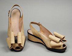Timelessly charming straw sandals by Delman, 1940-1945. I just adore these.