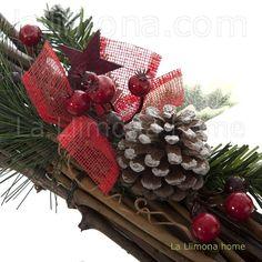 Navidad. Centro navidad troncos hojas verdes nevadas