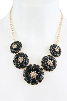 Statementkette von A-Zone in schwarz gold im Blütendesign verziert mit Strass. Trendiges Collier zu deinem perfekten Auftritt. [Unser Preis: 29,95€]