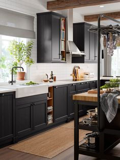 10 questions about designing a kitchen answered by an IKEA expert. Old Kitchen Tables, Kitchen Buffet, Kitchen Shelves, Kitchen Decor, Kitchen Design, Kitchen Cabinets, Scandinavian Kitchen, Grey Kitchens, Kitchen Trends
