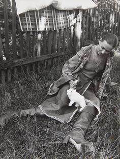 """Kolekcja folklorystyczna """"Mody Polskiej"""" przygotowana na Festiwal Mody w Trogirze w 1975, fotografia z kolekcji MNK #PRL #Moda Polska #Polish fashion #Jerzy Antkowiak"""