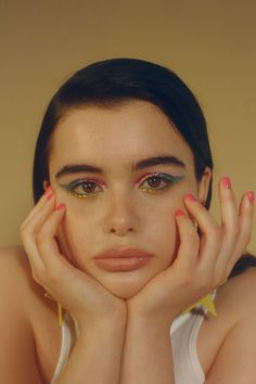 Euphoria actress Barbie Ferreira The neon eyeshadow trend is just what the doctor ordered! Be fun and daring this year, and get your vogue on with neon eyeshadow looks, ideas, and palettes! Neon Aesthetic, Aesthetic Makeup, Eyeliner Looks, Eyeshadow Looks, Eyeliner Pencil, Color Eyeliner, Eye Makeup, Hair Makeup, Prom Makeup