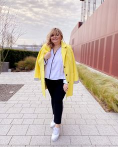 @elabonbonella plus size blogger | pantone 2021 colors in fashion as plus size business look | elabonbonella.com Plus Size Business, Business Look, Pantone, Plus Size Looks, Plus Size Fashion, Fashion Beauty, Rain Jacket, Windbreaker, Blog
