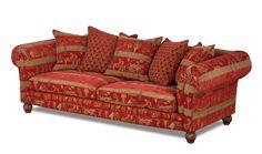 Ein englisches Landhausstil Sofa im XXL Format mit luxuriösen Wurfkissen und einem Stoffbezug im alt-ägyptischen Design.