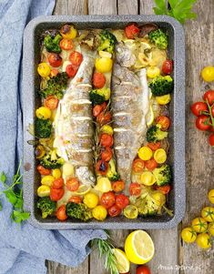 Pstrąg pieczony z warzywami. Baked trout with vegetables. Baked Trout, Fresh Rolls, Cobb Salad, Baking, Vegetables, Fit, Ethnic Recipes, Patisserie, Veggie Food