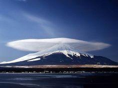 Les volcans sont des structures souvent associées à ce qu'on pourrait appeler « des phénomènes atmosphériques » : nuages lenticulaires, tourbillons de Karman, autre vortex, ou encore éclairs. Un nuage orographique coiffant le Mont Fuji - photo astrosurf...