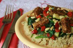 Deze quinoasalade is erg makkelijk te maken en zowel warm als koud goed te eten. Je kunt het ook makkelijk in een bakje meenemen naar je werk of school. Quick Vegan Meals, Vegan Recipes Easy, I Love Food, Good Food, Tempeh Bacon, Vegan Challenge, Health Snacks, Foodies, Veggies