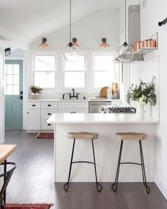 Obsessions: 13 Incredibly Cool Kitchens (For Every Style) A modern farmhouse kitchen Inspiration for your home. A modern farmhouse kitchen Inspiration for your home. Farmhouse Kitchen Inspiration, Farmhouse Style Kitchen, Modern Farmhouse Kitchens, Home Decor Kitchen, Interior Design Kitchen, Cool Kitchens, Kitchen Ideas, Studio Kitchen, Farmhouse Design