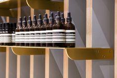 La boutique Aesop s'inspire du dynamisme vibrant de son quartier. Ses matériaux, bois, pierre et laiton célèbrent l'héritage éclectique du Mile end.